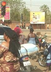 Cherchez la femme à terre et l'enfant sur son dos!
