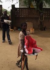 Jeune fille aidant au déchargement.