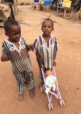 Les jumeaux avec la poussette-enfant offerte par l'équipe.