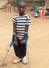 un jeune content de l'intervention au niveau des jambes