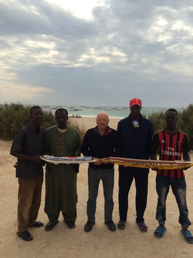 Des amis Sénégalais avec Doudou qui a fabriqué ces pirogues pour nous les offrir.
